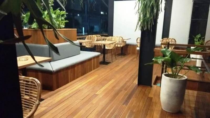 lantai decking cafe