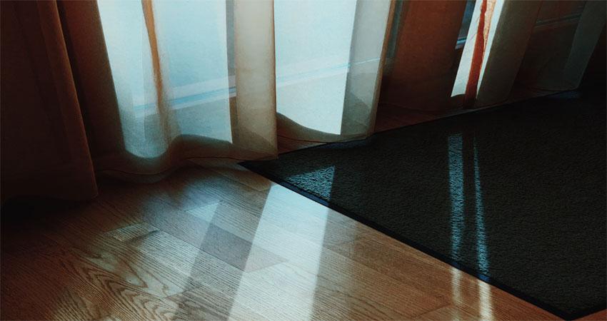 lantai parket terkena cahaya matahari