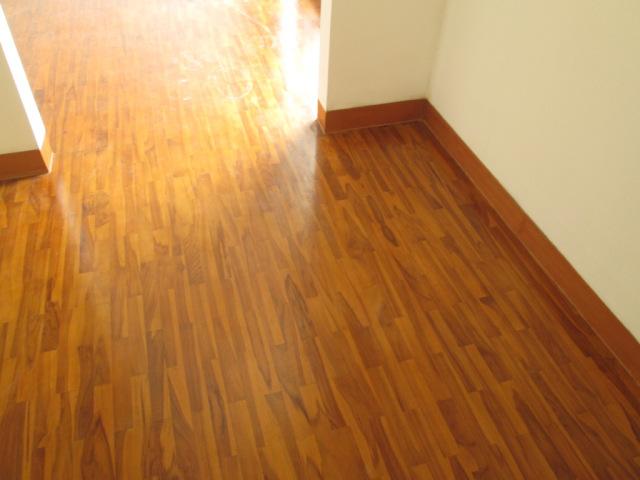 Plint lantai kayu
