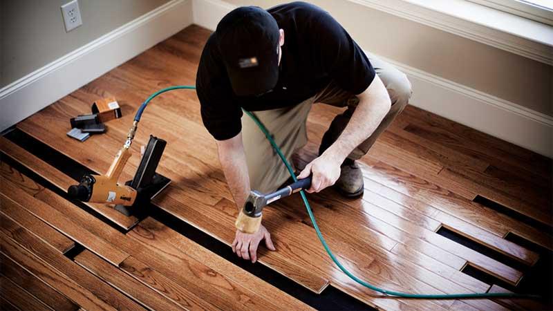 beginilah cara memasangkan lantai kayu solid yang benar