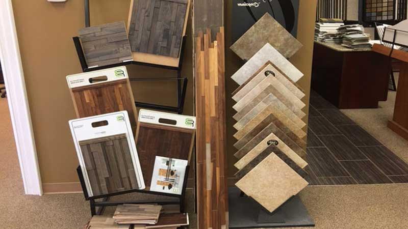 Melihat perbandingan harga keramik dengan lantai kayu solid