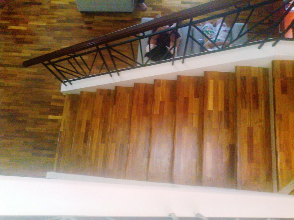 lantai kayu untuk pijakan