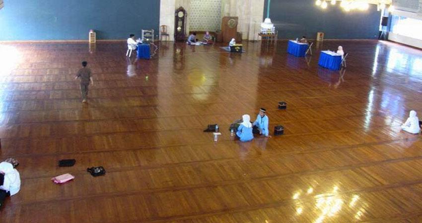 tempat ibadah lantai kayu