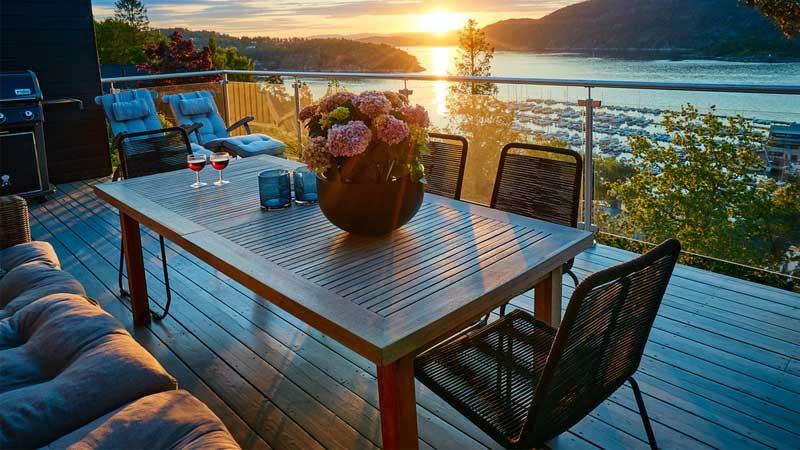 decking kayu dapat membuat suasana sejuk pada sebuah balkon