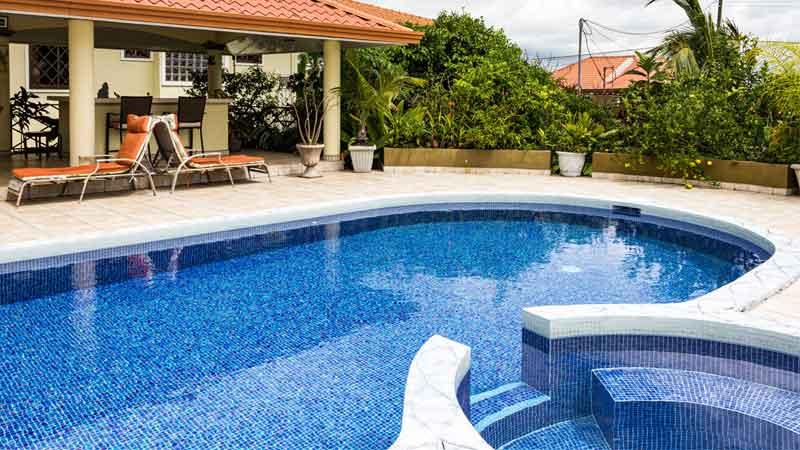 desain kolam renang melengkung minimalis