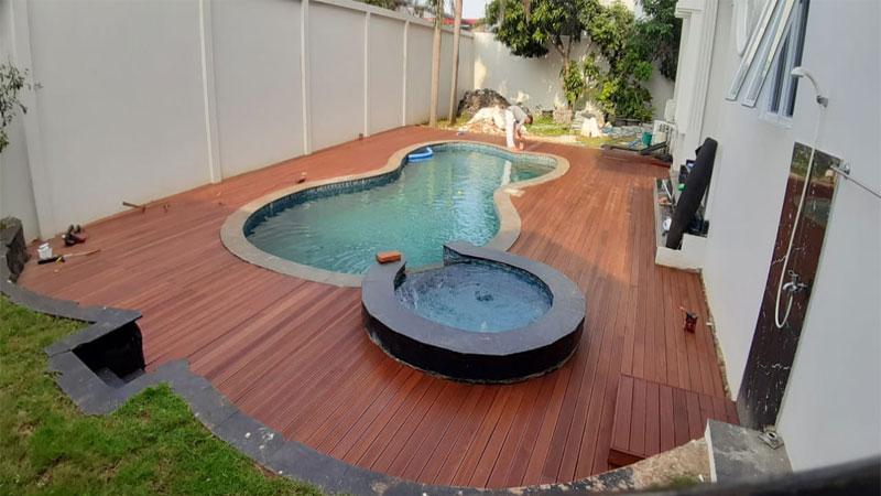 Decking kayu samping kolam renang