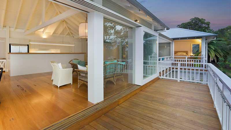 lantai kayu outdoor memberikan tampilan yang elegan
