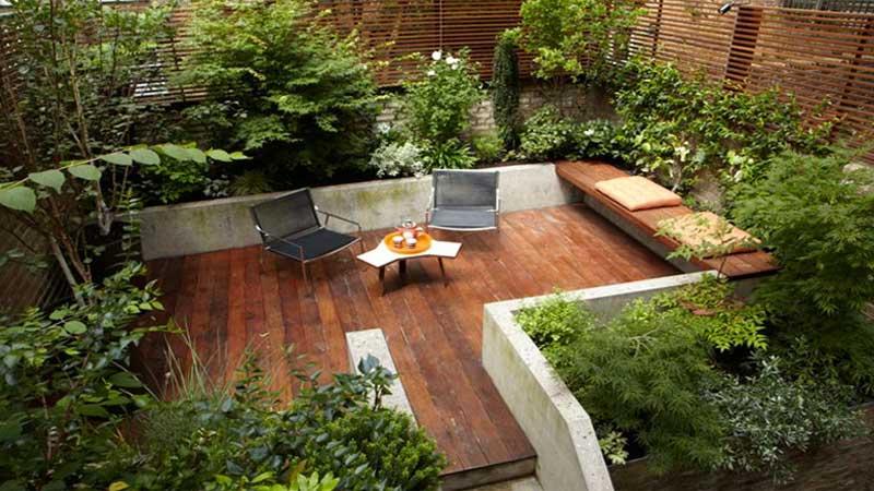 gunakan berbagai furniture klasik di sebuah taman minimalis