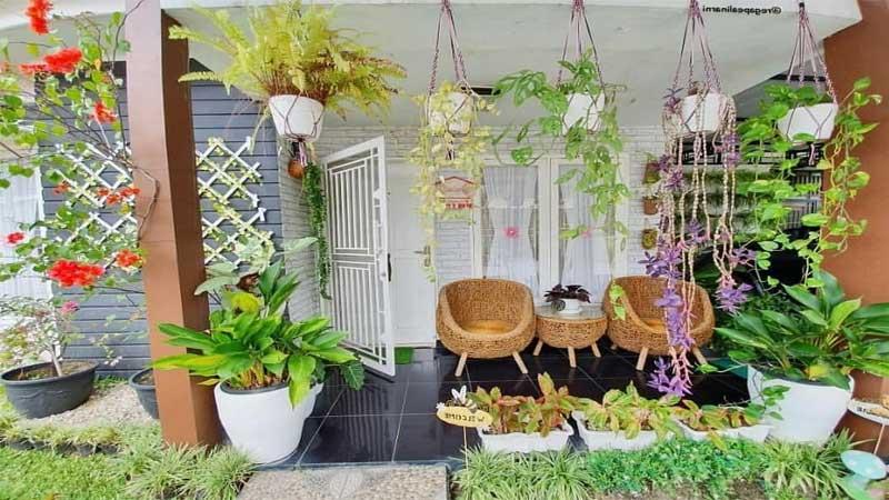 gantungkan beberapa pot bunga di depan rumah