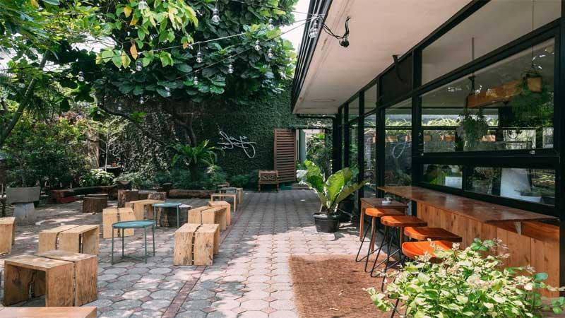 konsep sebuah cafe outdoor tetapi semi indoor
